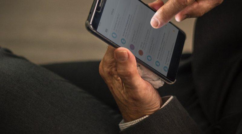 """Um """"Uber de netos"""": app ajuda idosos a combater o isolamento"""