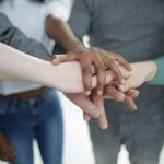 Estudo revela os benefícios das conexões sociais, fortes e fracas, no fim da vida